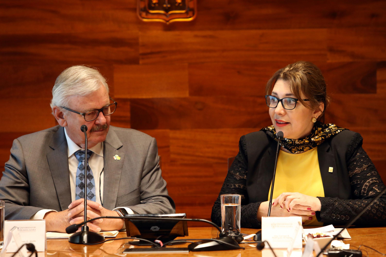 Vicerrectora Ejecutiva de esta Casa de Estudio, doctora Carmen Enedina Rodríguez Armenta, haciendo uso de la palabra