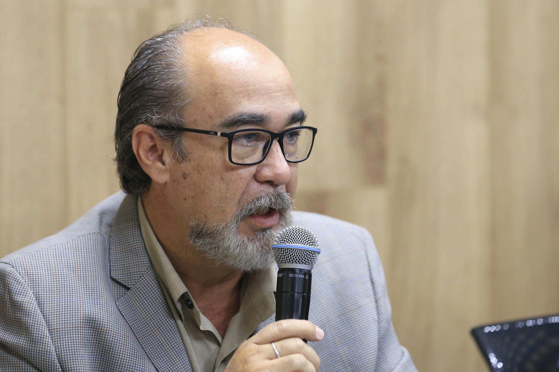 Maestro Ernesto Olivares Gallo, Director de la División de Tecnología y Proceso del CUAAD; con micrófono en mano haciendo uso de la palabra.
