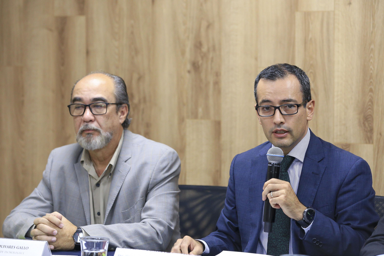 Dr. Ivan Moreno Arellano, Coordinador General de Cooperación e Internacionalización de la UdeG; con micrófono en mano haciendo uso de la palabra.