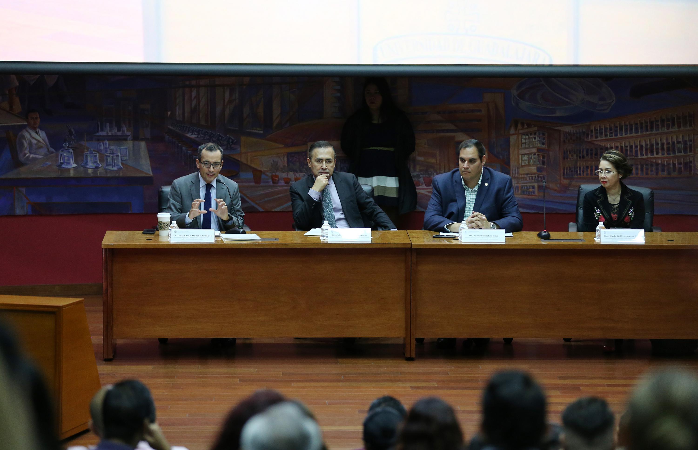Los miembros del presidium durante la sesion de trabajo