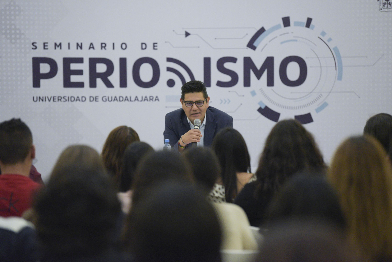 Vista desde en medio del publico de la conferencia de Alejandro Almazan