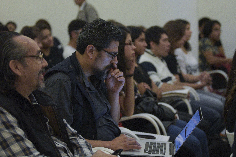 Francisco Cuellar en la conferencia sentado entre el publico