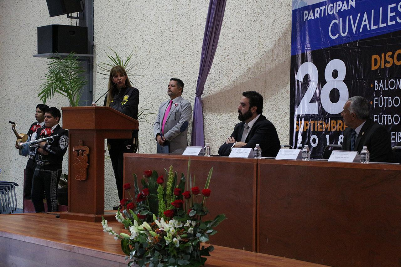 La Coordinadora de Cultura Física de la UDG dirige unas palabras desde el podio durante la ceremonia de inauguracioón