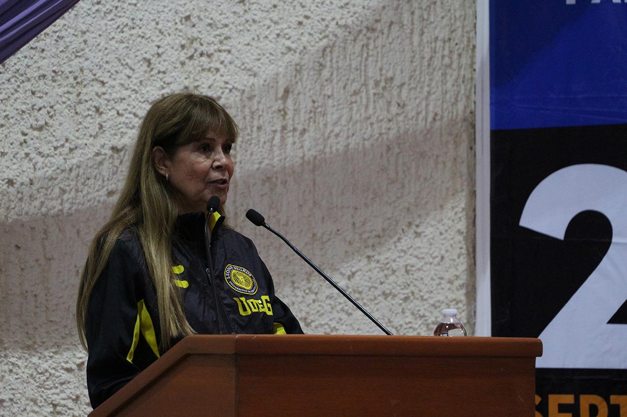 La  doctora Georgina Contreras hablando al microfono