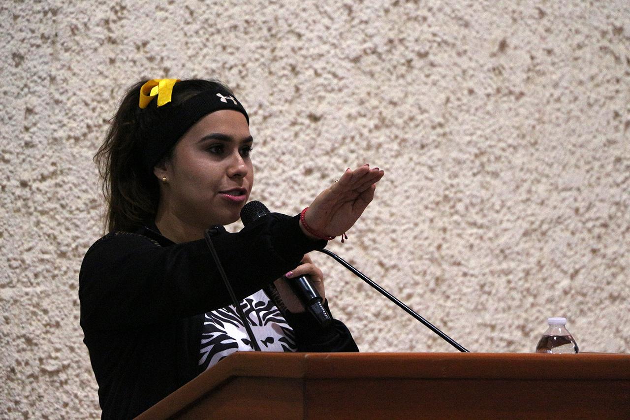 Laritza Noriega Valdez realiza el juramento con su mano derecha extendida