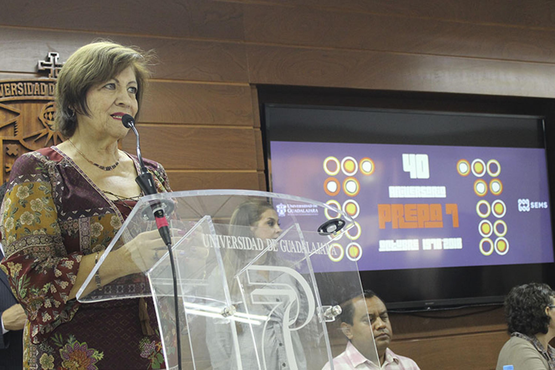 Maestra María Arcelia López Miranda; directora de la preparatoria No 7 de la Universidad de Guadalajara; en podium del evento haciendo uso de la palabra.