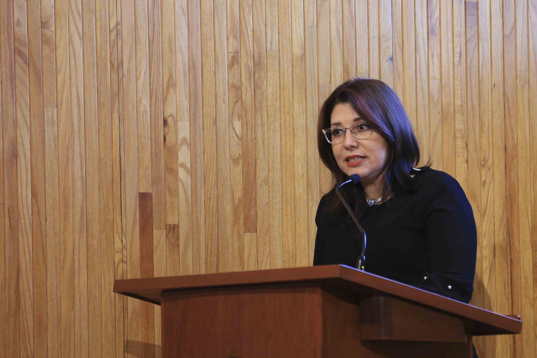 Doctora Carmen Enedina Rodríguez Armenta, Vicerrectora Ejecutiva, hablando frente al micrófono durante la ceremonia