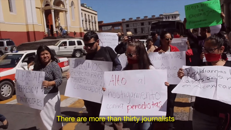Escena de un documental con personas manifestandose con pancartas