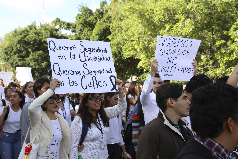 Queremos graduados no atropellados es una de las mensajes de las mantas durante la manifestacion