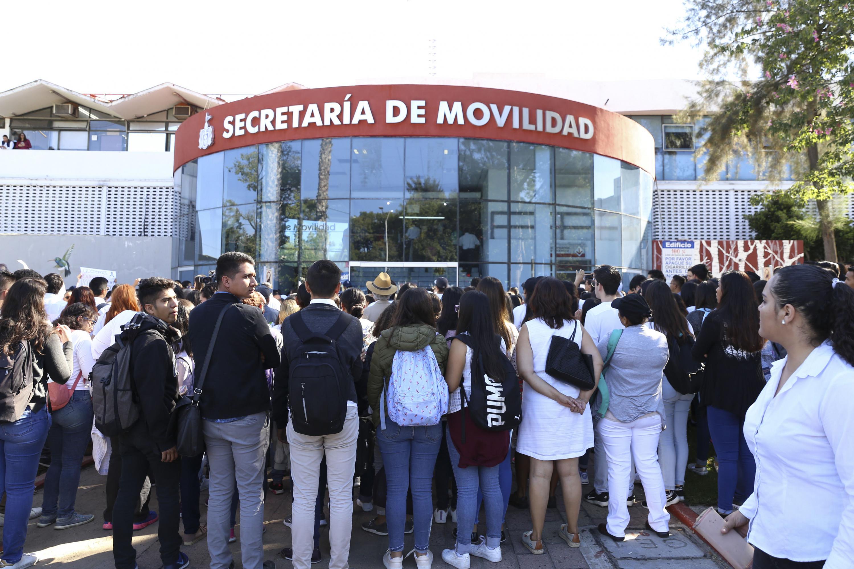Contigente de marchistas del CUCSH alrededor de la entrada principal de la Secretaria de Movilidad