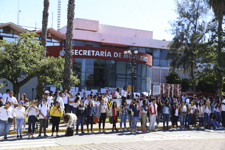 Los estudiantes haciendo una cadena humana afuera de la dependencia de gobierno