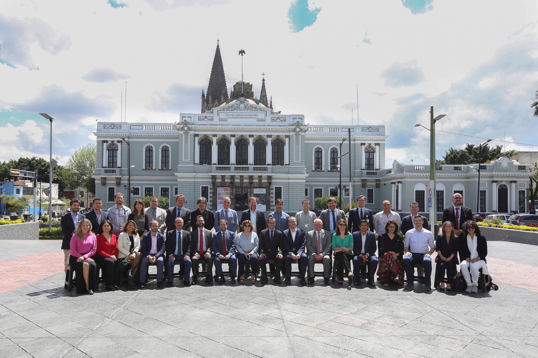 Comité Técnico de la RedEmprendia participando en la toma de fotografía oficial, en la explanada del Edificio de Rectoría General de la Universidad de Guadalajara.