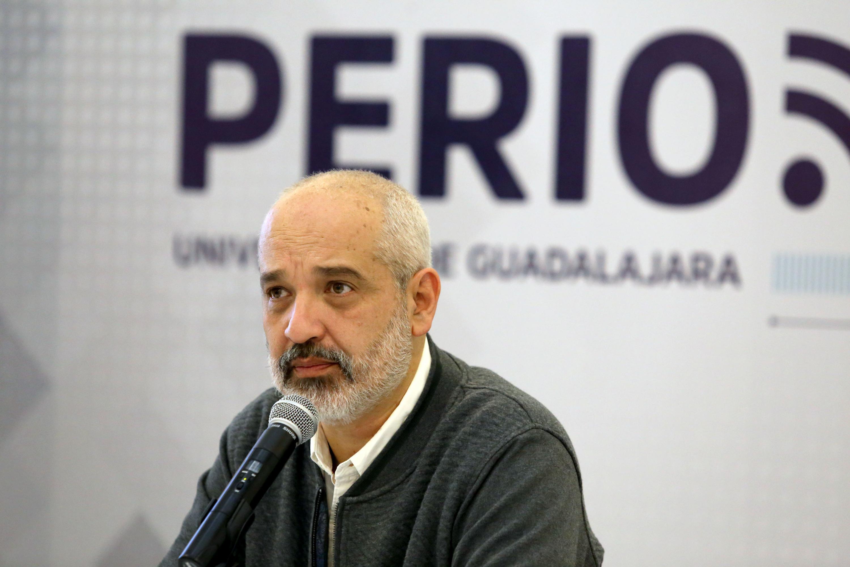 el periodista Daniel Moreno Chávez sentado en la mesa de presentación