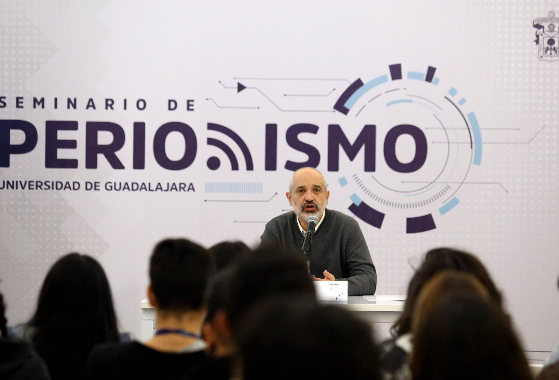 el periodista Daniel Moreno Chávez durante su charla en el Seminario de Periodismo de la UDG