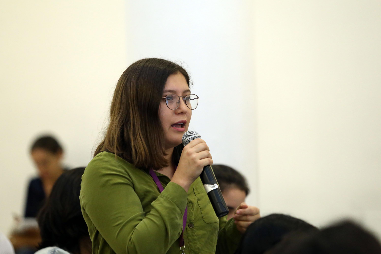 Una mujer del publico hace una pregunta al periodista Daniel Moreno