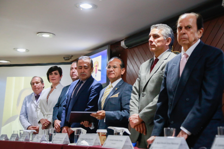 Autoridades del CUCS, Hospitales Civiles e invitado de honor de pie antes de realizar la entrega del reconocimineto