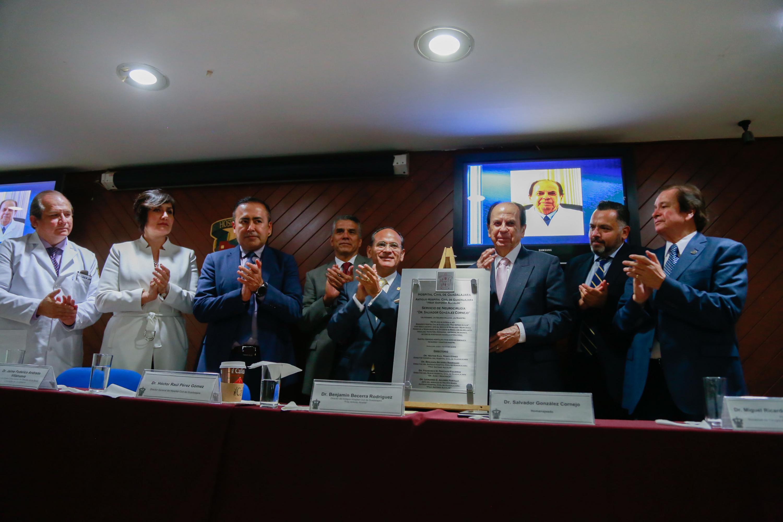 El doctor Salvador González Cornejo sostiene la placa que se colocara en el Hospital Civil