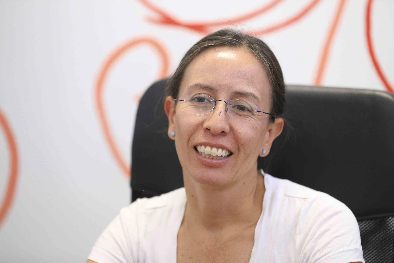 doctora Bárbara Vizmanos Lamotte entrevistada por el reportero