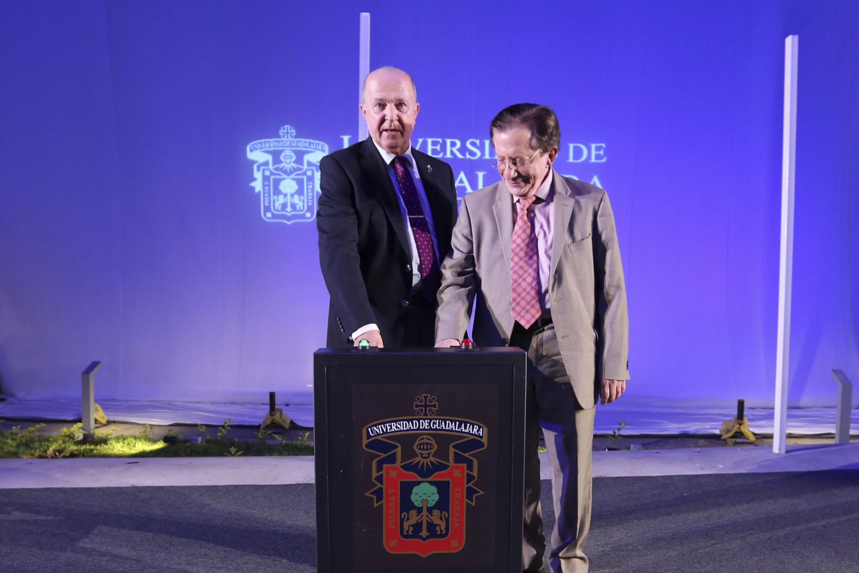 El rector general y El Secretario de Innovación Ciencia y Tecnología presionan un boton para inaugurar