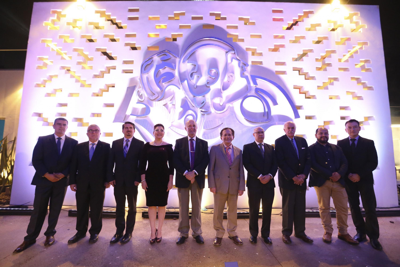 Foto grupal con los invitados de honor y autoridades de la UDG