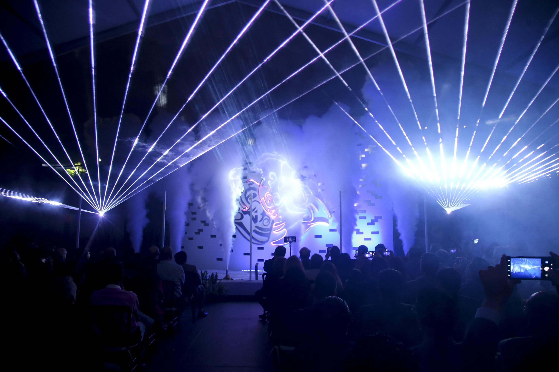 Durante la inauguración hubo Juego de luces y humo