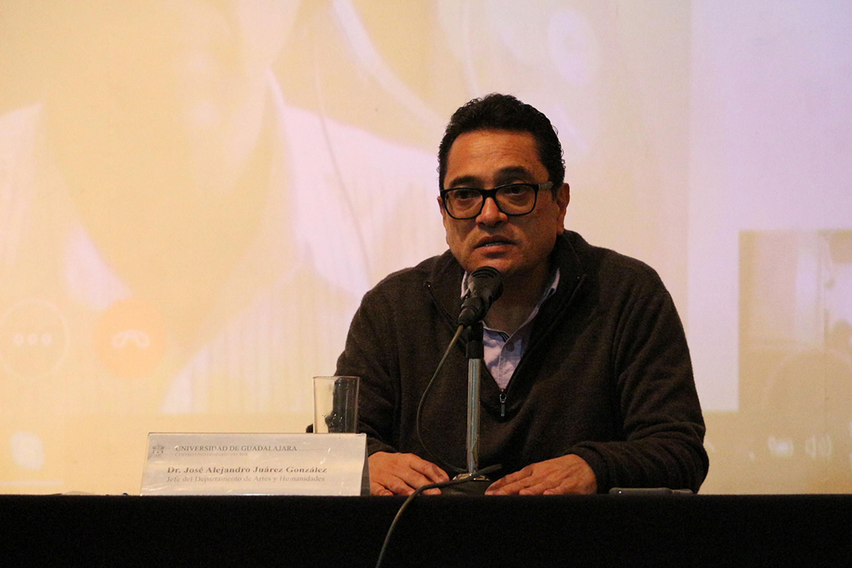 Jefe del Departamento de Artes y Humanidades del CUSur, doctor José Alejandro Juárez González haciendo uso de la palabra