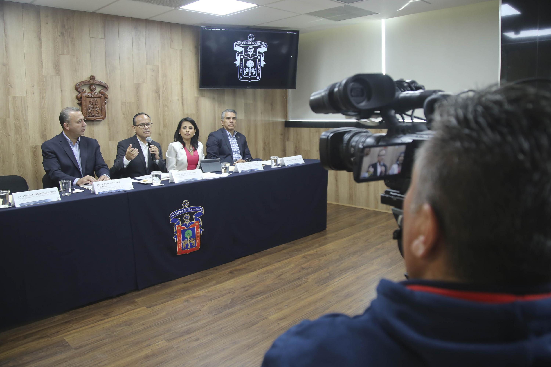 Camarografo  tomando vídeo a la rueda de prensa
