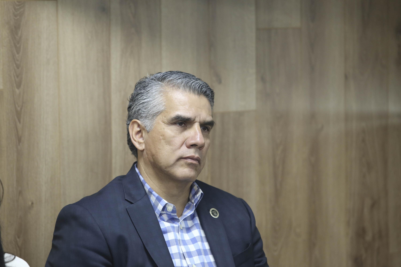Doctor Benjamín Becerra Rodriguez participando en la rueda de prensa