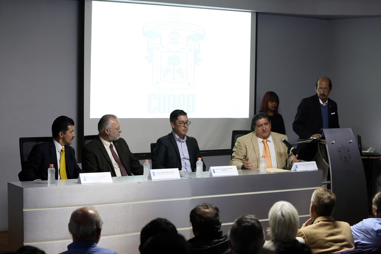 Integrantes de la mesa de presidium durante la ceremonia de entrega del reconocimiento