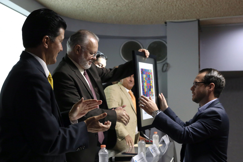 El reconocimiento le fue entregado al doctor Sergio Humberto Graf Montero, académico de la UdeG