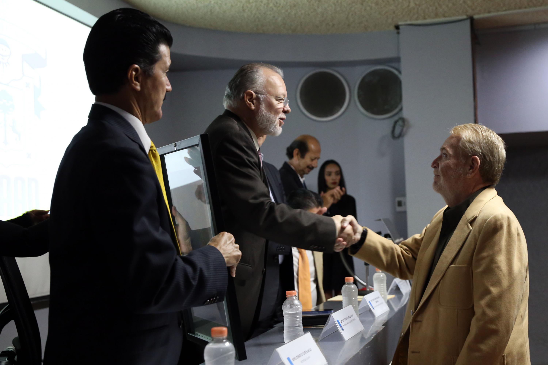 Óscar Ladrón de Guevara profesor de la UdeG y especialista en estudios urbanos y arquitectura saluda a Padilla Lopez