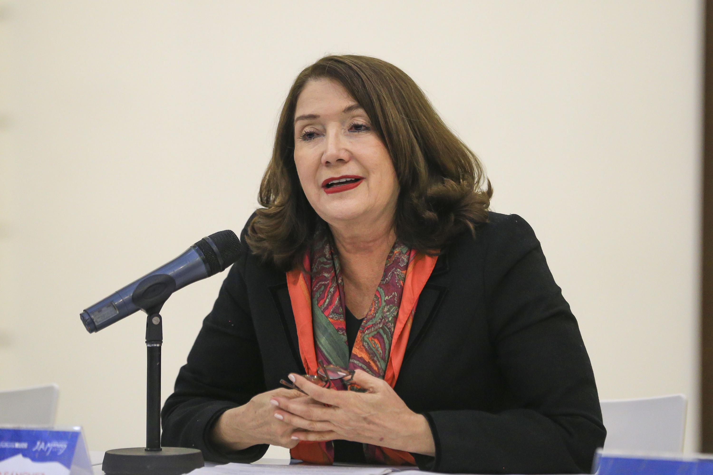 Hablando al publico  la doctora Lilia Victoria Oliver Sánchez, la Rectora del CUCSur