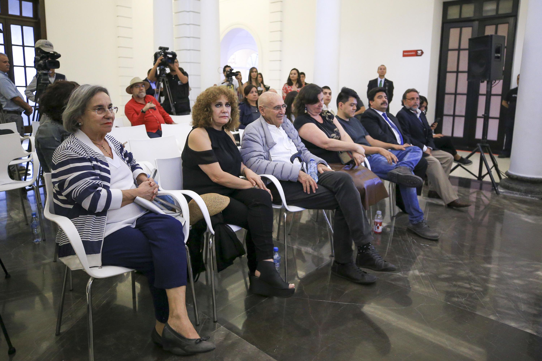 Prensa y publico asistente durante la presentación de los ganadores de la bienal de pintura