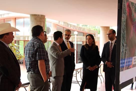 El rector de CUALTOS escucha auno de los invitados durante la visita a la Feria