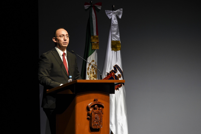 El representante de la  Asociación Mexicana de Estudios Internacionales hablando desde el podium
