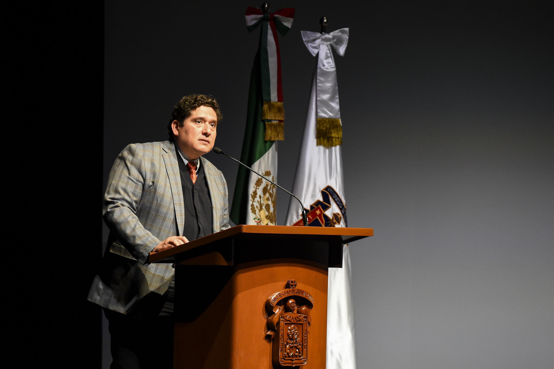 Un academico hablando desde el presidium