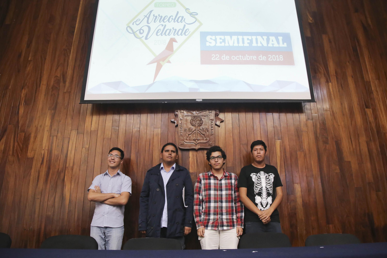 Los Cuatro jovenes finalistas  posaron para la camara en el auditorio