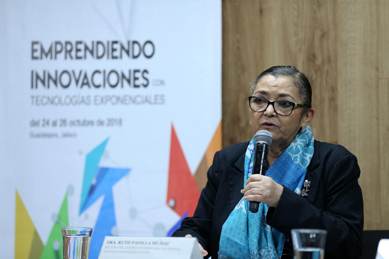 Rectora del CUCEI, doctora Ruth Padilla Muñoz, haciendo uso de la palabra durante la rueda de prensa