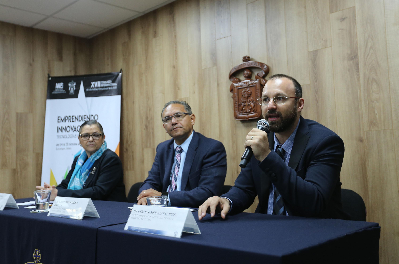 Investigador del CUCEI, doctor Gerardo Mendizábal Ruiz, haciendo uso de la palabra durante la rueda de prensa