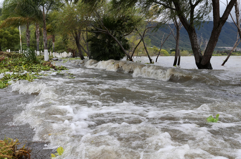 Las fuertes corrientes de agua afectan a los malecones de Ajijic