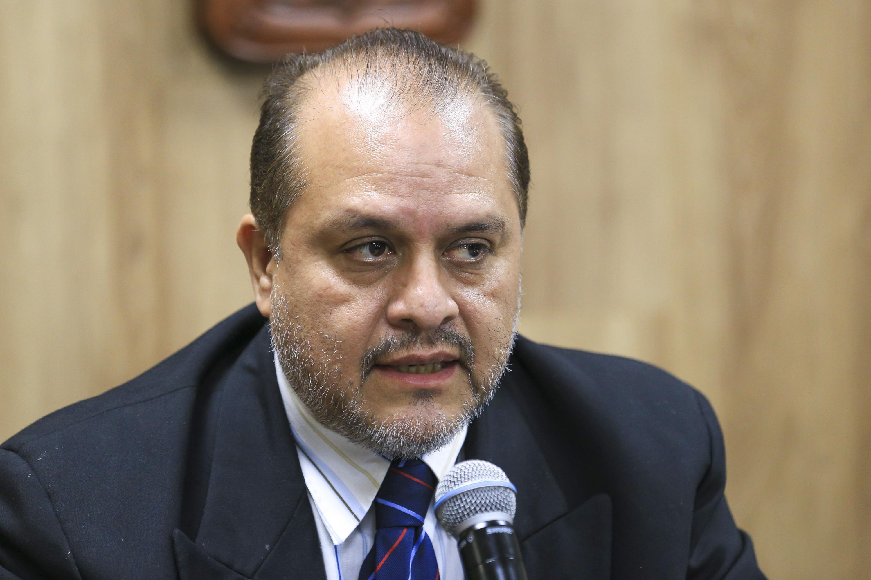 doctor Hermes Ulises Ramírez Sánchez habló en la sala de prensa de la UdeG