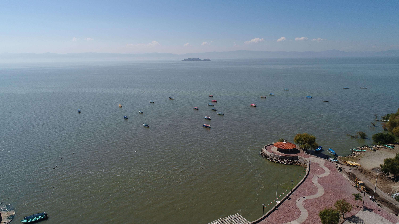 Vista aerea del lago de Chapala  en temporada de lluvias