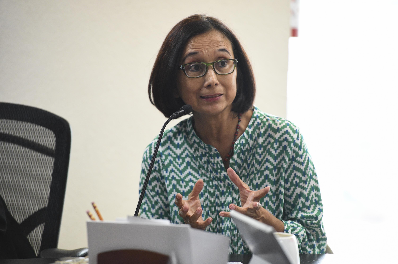 """Mujer participante en el Seminario Internacional """"Equidad de género en el trabajo""""; haciendo uso de la palabra."""