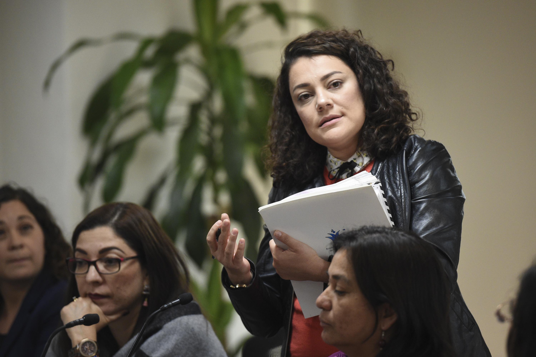 """Mujer participante en el Seminario Internacional """"Equidad de género en el trabajo""""; haciendo preguntas a las ponentes del seminario."""
