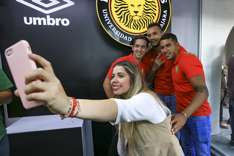 Los tres jugadores de los leones negros participan en la toma de un selfie de una aficionada
