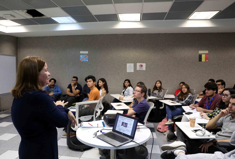 La doctora Blanca Rosa Aguilar Uscanga habla a un grupo de estudiantes en el aula