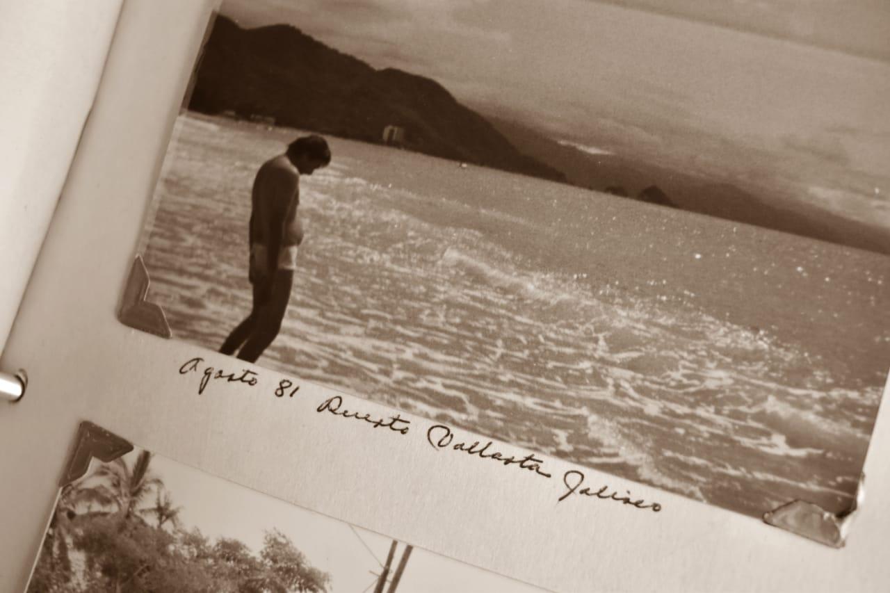 Fotografía en blanco y negro que muestra a un bañista en las playas de Puerto Vallarta, en el año 81.