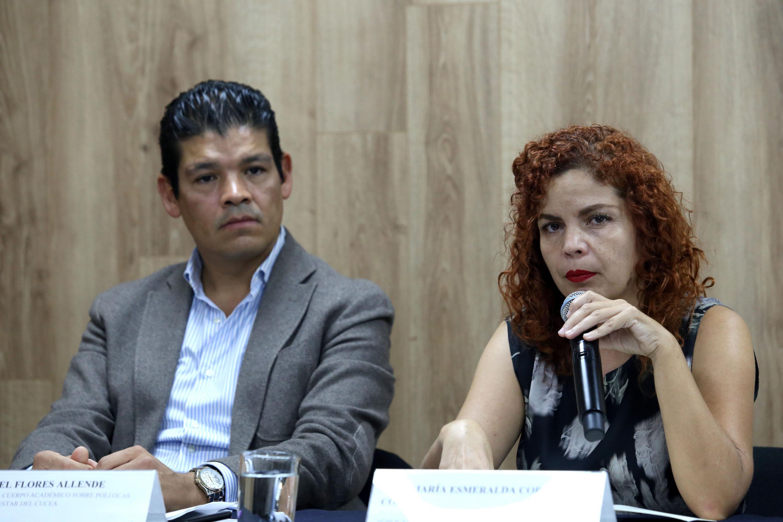 Doctora Esmeralda Correa Cortez, investigadora del CUCEA, haciendo uso de la palabra durante la rueda de prensa