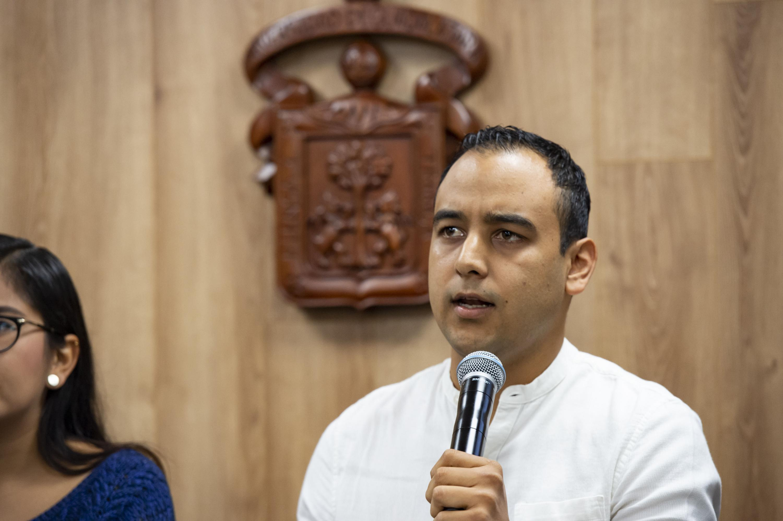 Jesús Arturo Medina Varela habla al microfono