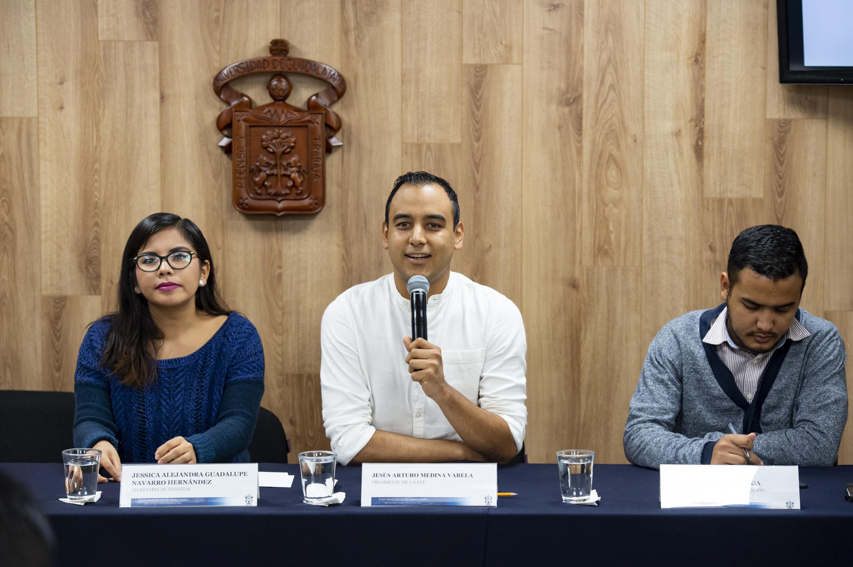Jesús Arturo Medina Varela explica a los reporteros las caracteristicas de FEU Abierta